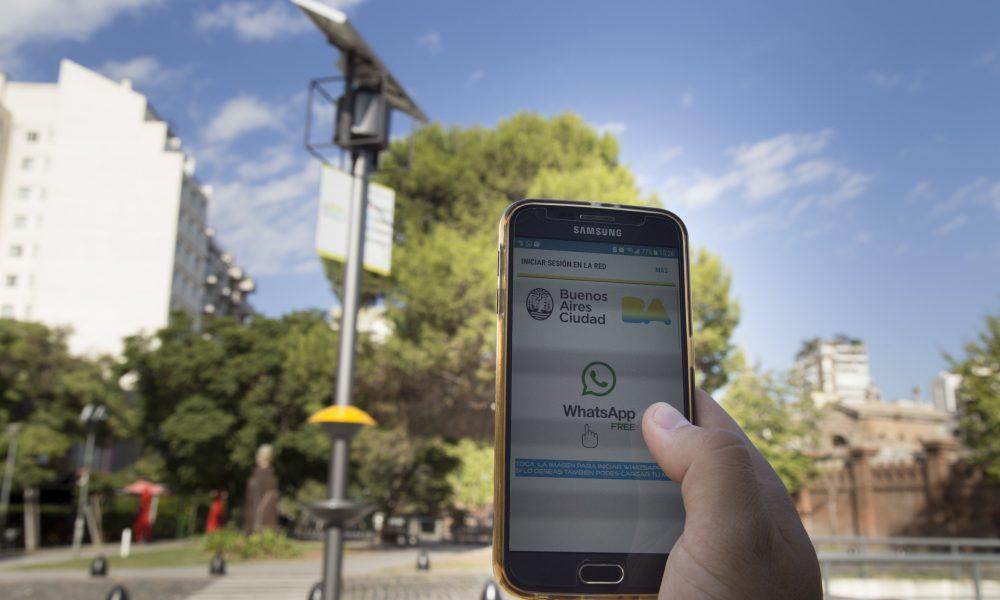 Ciudad de Buenos Aires: Ya se puede cargar celulares y acceder a whatsapp  gratis en plazas de Recoleta