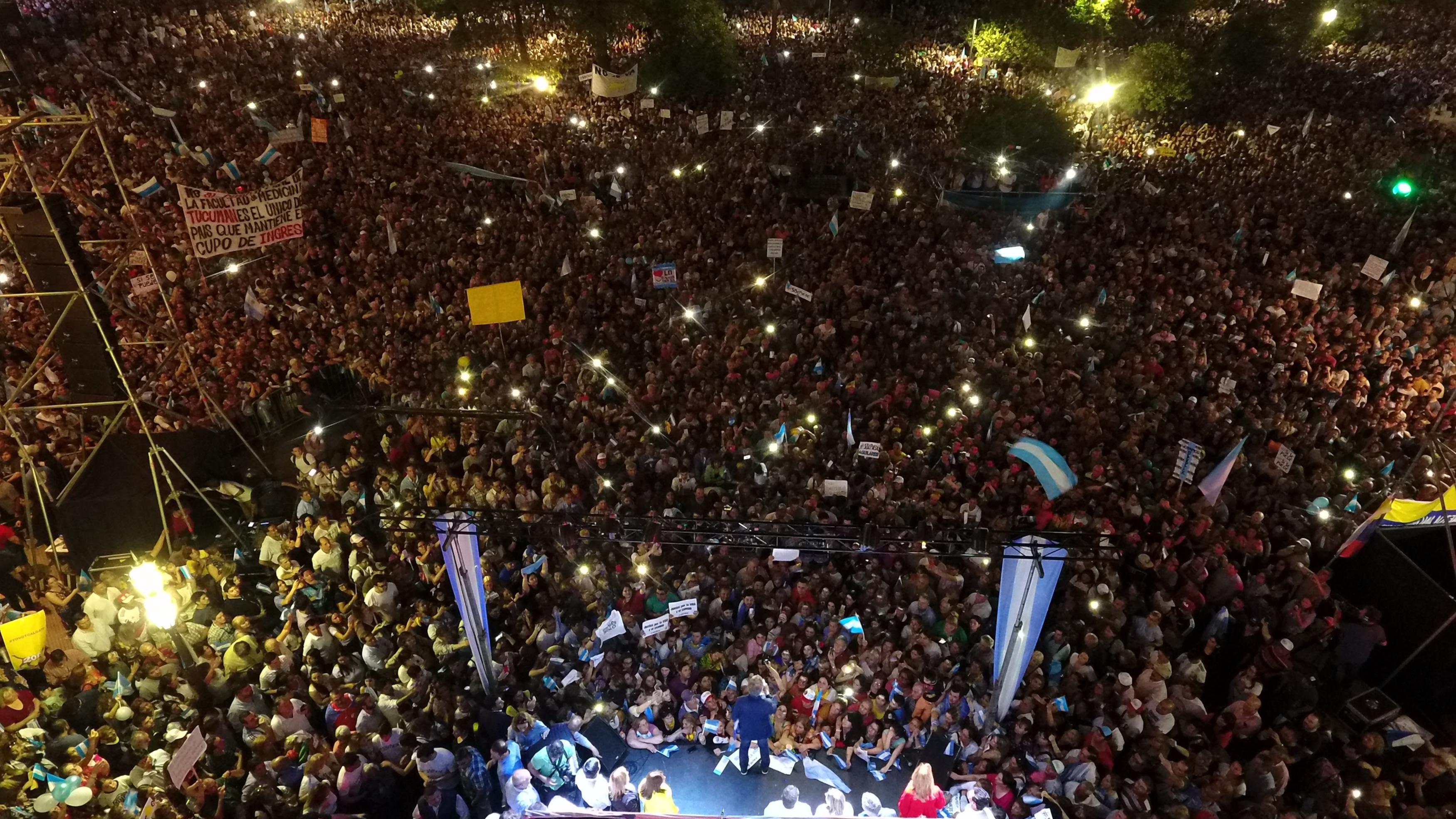 Multitudinaria marcha en Tucumán en apoyo al Presidente Macri.