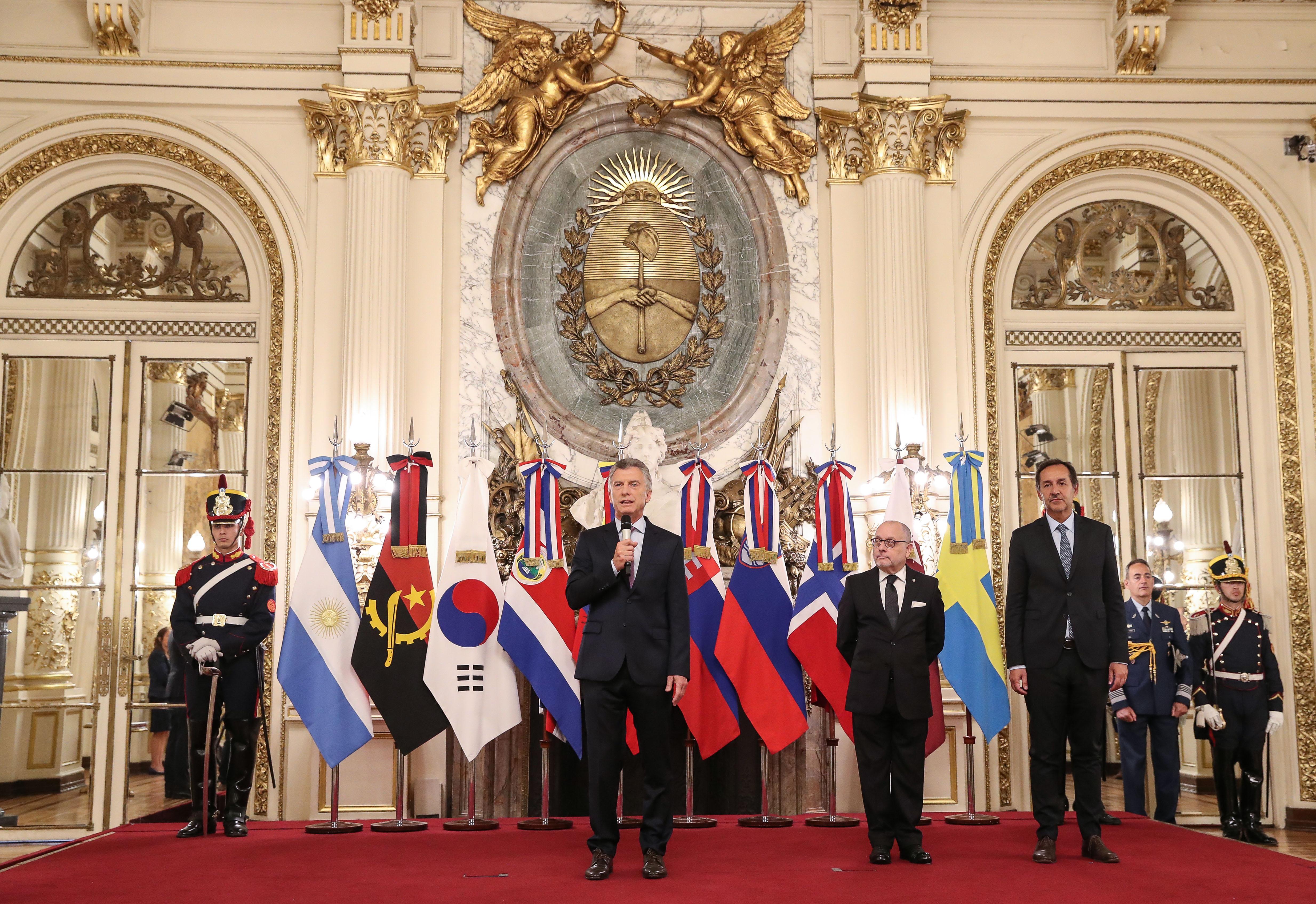 El Presidente Mauricio Macri recibió a nuevos Embajadores.